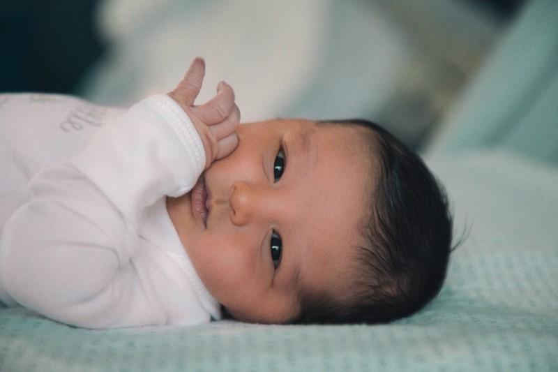 5 Dinge, die dir niemand über Neugeborenen Schlaf erzählt