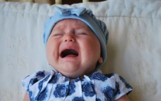 """""""Wird das Schlaftraining mein Kind traumatisieren?"""" ist die heufigste Frage, die Eltern sich stellen, wenn die Schlafprobleme ihres Kindes unerträglich werden. Schlaftraining hat ein schlecter Ruf, aber was bedeutet das für den Kind wirklich?"""