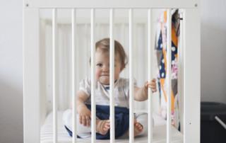 Wo sollte das Kind schlafen? Dies Frage stellen sich Eltern schon vor dem Geburt des Kindes. Hier finden Sie alle infos zum altersgerechte Schlafplätze für Ihr Kind.