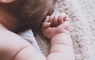 Kann weißes Rauschen wirklich Babys helfen, besser zu schlafen? Erfahren Sie, wie Sie warum und wie Sie weißes Rauschen verwenden sollten.