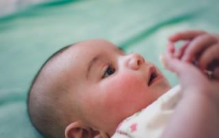 Kann Ihre Säugling nur mit den Schnuller einschlafen, und Sie müssen Nachts immer wieder aucfwachen um es ihm wieder zu geben? Lesen Sie, wie ich als Schlafberaterin in nur 3 Minuten meiner Tochter beigebracht habe, ohne Schnuller einzuschlafen.