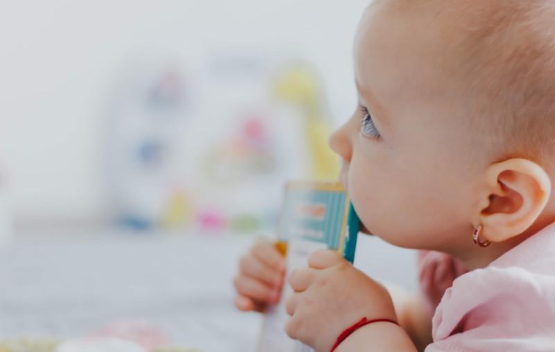 Zahnen und Schlafprobleme: wie beeinflussen Zähne den Schlaf Ihres Kindes?